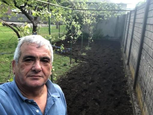 Bimbi a lezione nell'orto. Il consigliere Tallarida prepara il terreno