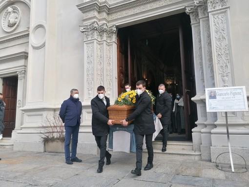 VIDEO. Chiesa gremita, lacrime e un tenero applauso per l'ultimo saluto a Giancarlo Pignone. «La sua generosità ci guiderà per sempre»