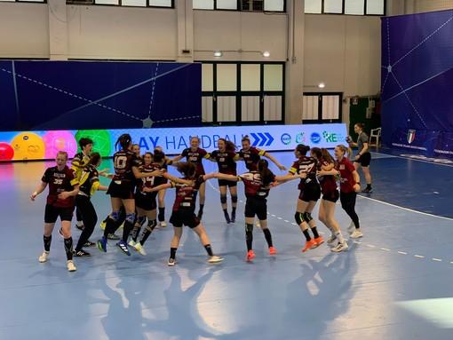 Le ragazze festeggiano la vittoria in semifinale. Sotto i ragazzi