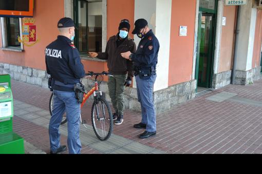 Gallarate, prima la rapina in un negozio poi la rissa in stazione: dieci giovani denunciati