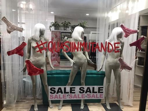 FOTO. «Siamo quasi in mutande»: la protesta dei commercianti di Galleria Manzoni lascia il segno