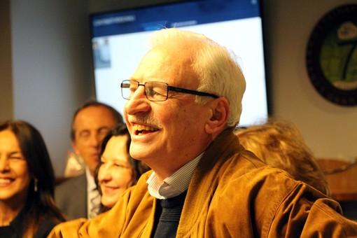 Il cavalier Romeo Mazzucchelli (da una foto della festa Ascom quando concluse il mandato) è una figura di riferimento anche per il sociale in città