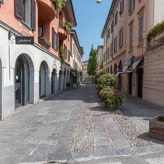 La foto di Varese deserta all'inizio dell'area pedonale che da via Veratti conduce in piazza Carducci postata dal sindaco Galimberti