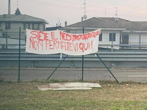 Lo striscione allo stadio Speroni