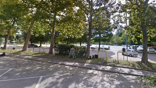 Furti nelle auto parcheggiate alla Schiranna: «Non lasciate cose in bella vista»