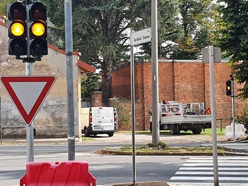Il semaforo all'incrocio tra via Cardinal Simone e viale Boccaccio