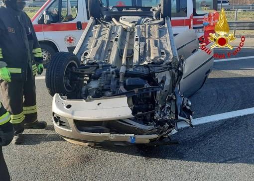 Carambola in Autolaghi, macchina si ribalta dopo lo scontro con un camion