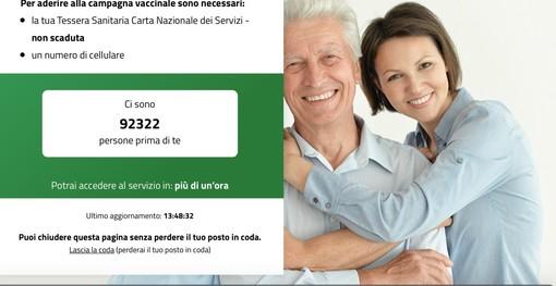 La coda per prenotare i vaccini online poco alle 13.50