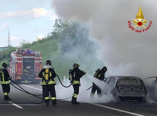 Auto in fiamme sulla Pedemontana, disagi alla circolazione