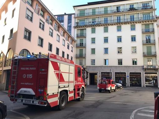 Crollo in un appartamento in via Bernascone, ferito un operaio