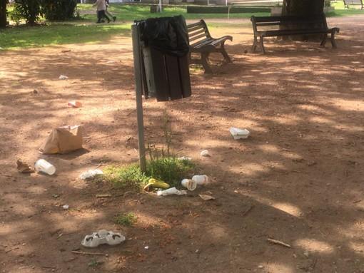 In via Foscolo si ripulisce il parco, con i rifiuti sparsi a terra